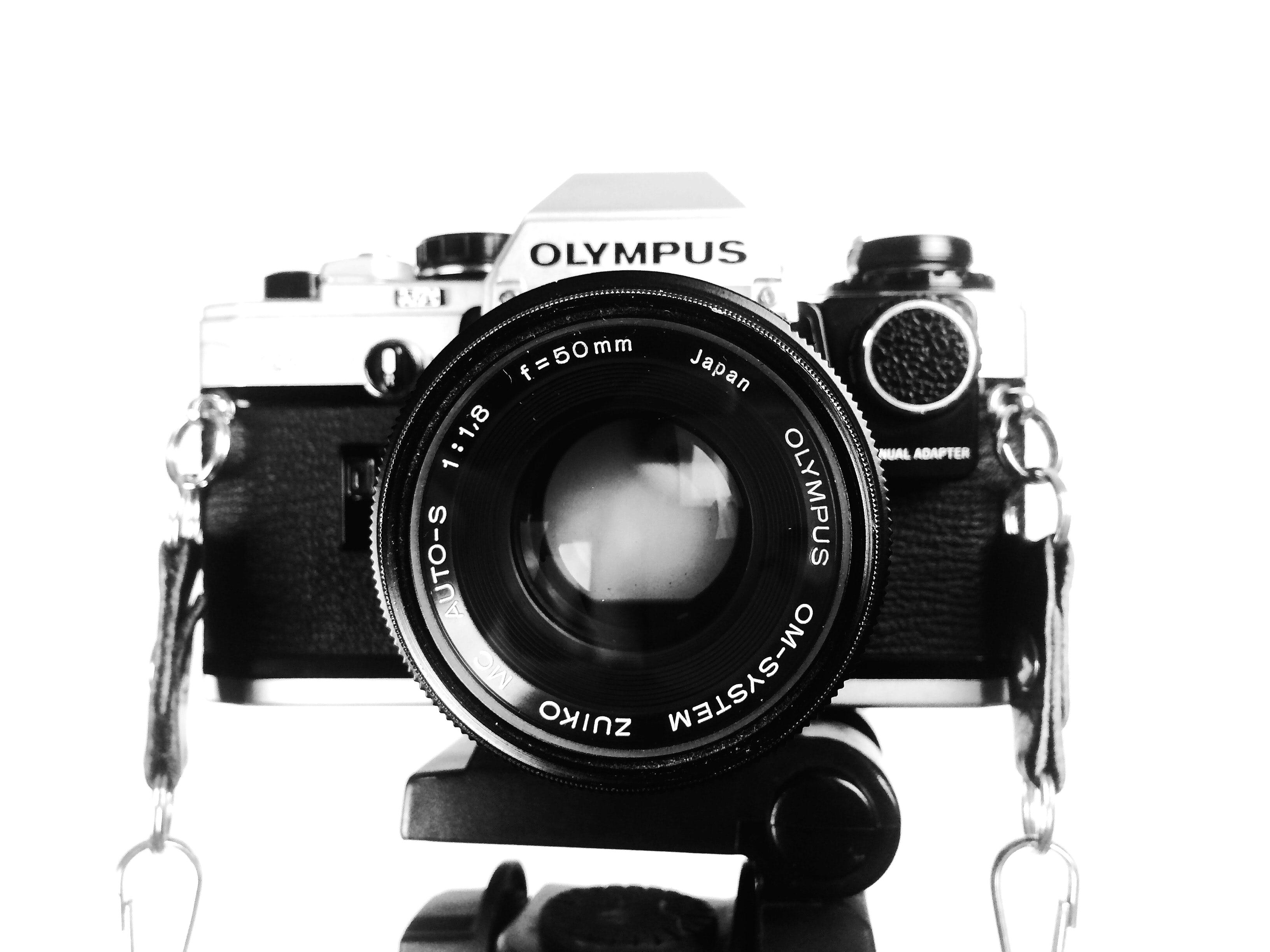 camara de fotos olympus analogica con lente 50mm fondo blanco